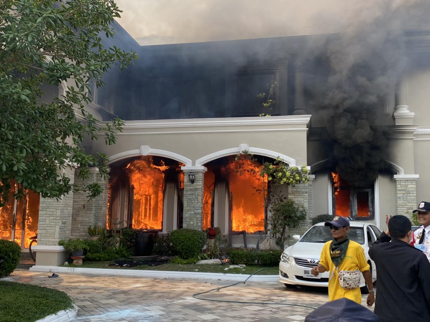 ด่วน! ไฟไหม้คฤหาสน์  ในหมู่บ้านหรูย่านรามอินทรา คนในบ้านหนีตายโกลาหล สุนัขตาย 2 ตัว