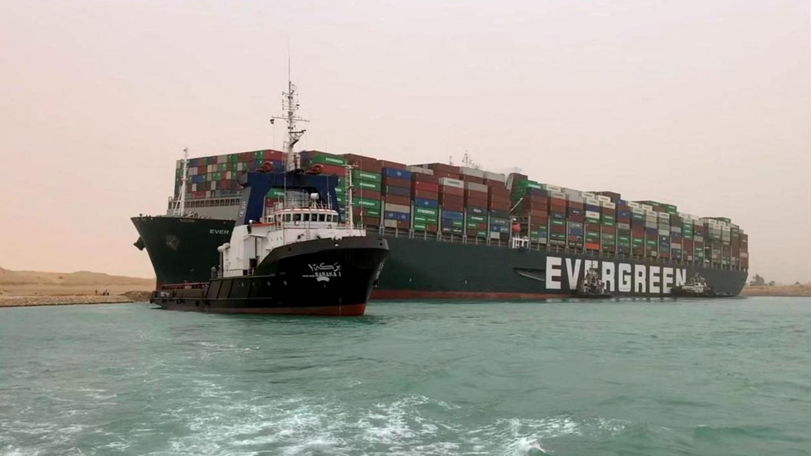 เรือขนส่งสินค้ายักษ์ เกยตื้นขวางคลองสุเอซ ทำจราจรอัมพาต
