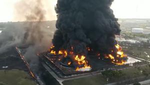 ด่วน! ไฟไหม้โรงกลั่นน้ำมันอินโดฯ เจ็บ 5 อพยพอีกเกือบพันคน