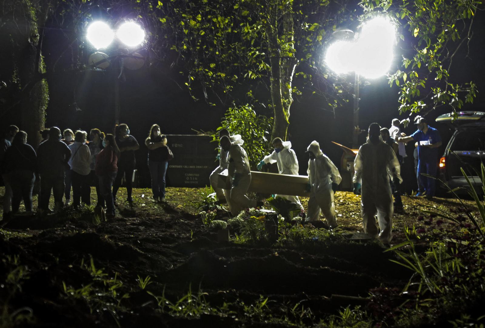 เมืองเซาเปาโลเร่งย้ายศพในสุสาน เพิ่มที่ว่างสำหรับเหยื่อโควิด-19