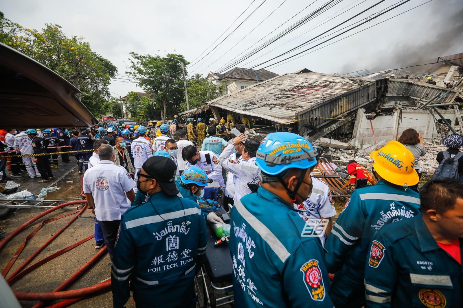 """""""ผู้ว่าฯอัศวิน"""" เผย ดับแล้ว  5 เหตุไฟไหม้บ้านพังถล่มทับกู้ภัย เร่งกู้ร่างใต้ซากอาคาร"""
