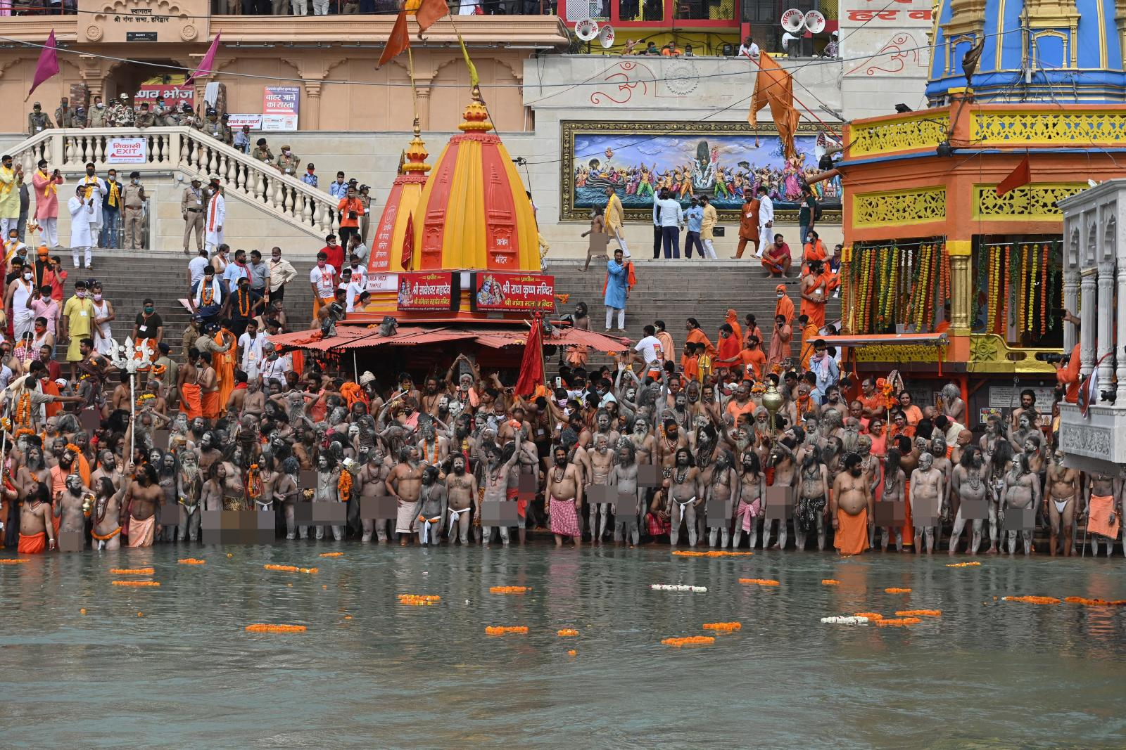 """ชาวอินเดีย """"นับแสน"""" รวมตัวกัน """"ชำระร่างกายเพื่อล้างบาป"""" ในแม่น้ำคงคา"""