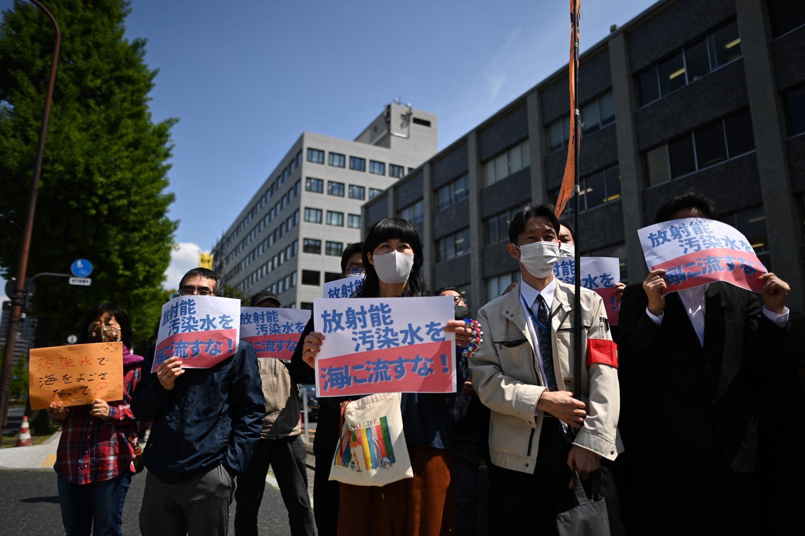 """ญี่ปุ่นเตรียมปล่อยน้ำจากโรงไฟฟ้านิวเคลียร์ในฟุกุชิมะ """"ล้านตัน"""" ลงทะเล"""