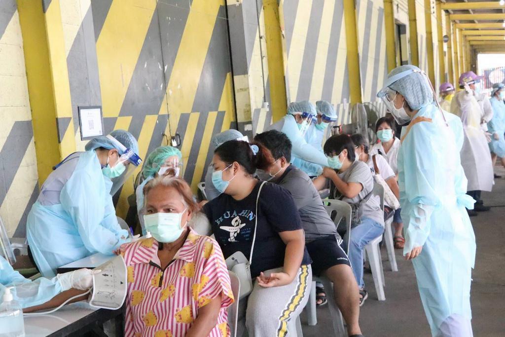 ชุมชนคลองเตยติดโควิด 654 ราย ลุ้นผลอีก 5,700 คน เร่งฉีดวัคซีน