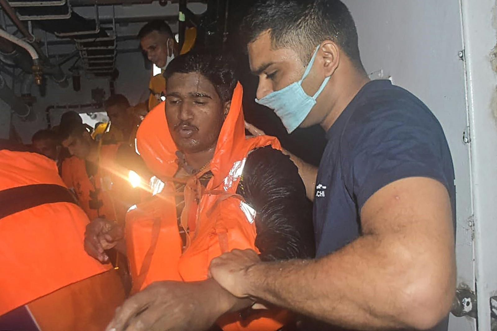 อินเดียค้นหาผู้สูญหายเหตุเรือล่มกลางพายุ