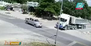 รถพ่วงพุ่งชนกระบะ กลางสี่แยก ลากไกลกว่า 200 เมตร