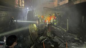 สลด! ดับ 3 ราย คากองเพลิง ไฟไหม้ชุมชน รัชดา 36 พบเป็นที่กักตัวผู้ติดเชื้อโควิด-19