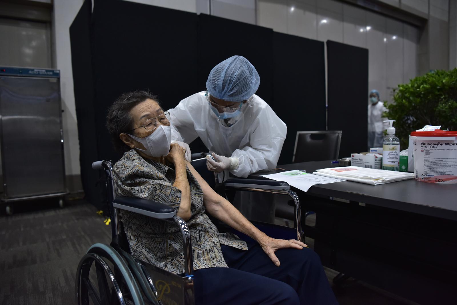 สยามพารากอน ร่วมกับ รพ.กรุงเทพ พร้อมฉีดวัคซีนโควิด-19 สำหรับประชาชนทั่วไปวันแรก!!  เร่งสร้างภูมิคุ้มกันหมู่ กระจายวัคซีนแก่ประชาชนอย่างสะดวก ปลอดภัยบนพื้นที่ใจกลางเมือง