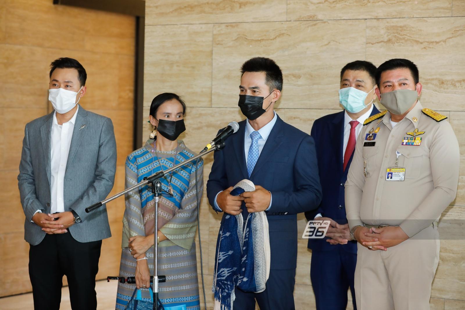 """""""เอาผู้ต้องหามาแถลงสู้คดีอยู่ใต้ถุนสภาฯ มันอะไรเกิดขึ้นในประเทศไทย"""" นายกฯจวกแรง พา """"ลุงพล"""" จ้อ"""