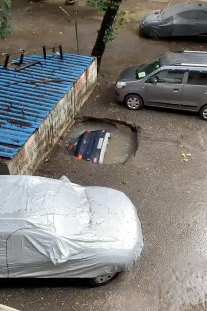 ระทึก!! หลุมยุบในอินเดียกลืนรถหายทั้งคัน