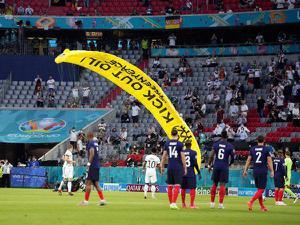 ยูฟ่า เล็งเอาผิดคนโดดร่มลงกลางสนามเกมฝรั่งเศส-เยอรมนี