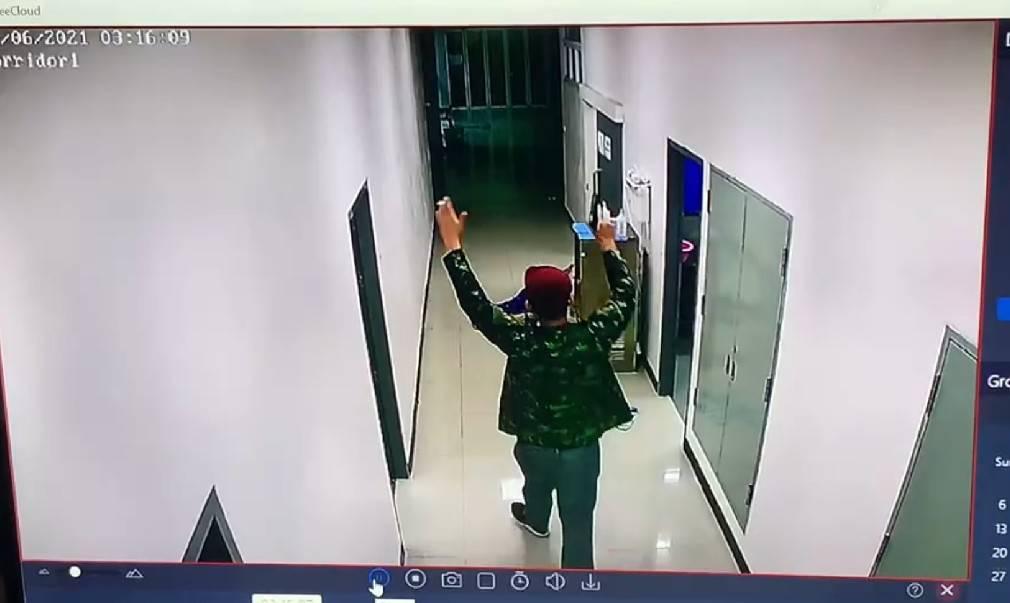 ล้อมจับ ระทึก! อดีตทหารคลั่ง กราดยิงรพ.สนาม ซัลโวพนง.เซเว่น ซุกบ้านญาติระนอง เสียงปืนดัง