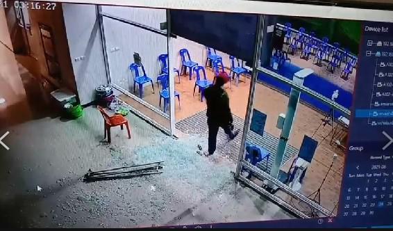 อุกอาจ! ชายคลั่ง สวมเสื้อลายพราง กราดยิง รพ.สนามปทุมธานี ผู้ป่วยโควิด ดับ 1 ราย
