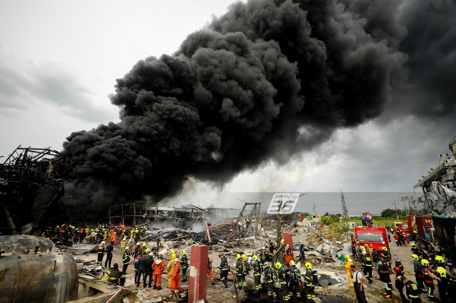 ฮ.ไร้ผล ไฟโหมกระหน่ำโรงงานกิ่งแก้ว จนท.ดับเพลิงระดมกำลังเข้าฉีดโฟมดับแล้ว 1 กอง