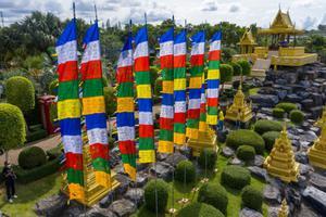 """สวนนงนุชพัทยา ประกอบพิธีเปลี่ยน """"ธงมนตรา"""" 9 ผืน จาก ประเทศภูฏาน ซึ่งเป็นสัญลักษณ์แห่งโชคลาภ"""