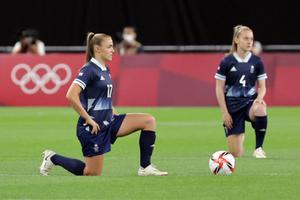 ไม่ขัดกฎบัตรโอลิมปิก! บอลหญิงสหราชอาณาจักร คุกเข่าต้านเหยียดเชื้อชาติ