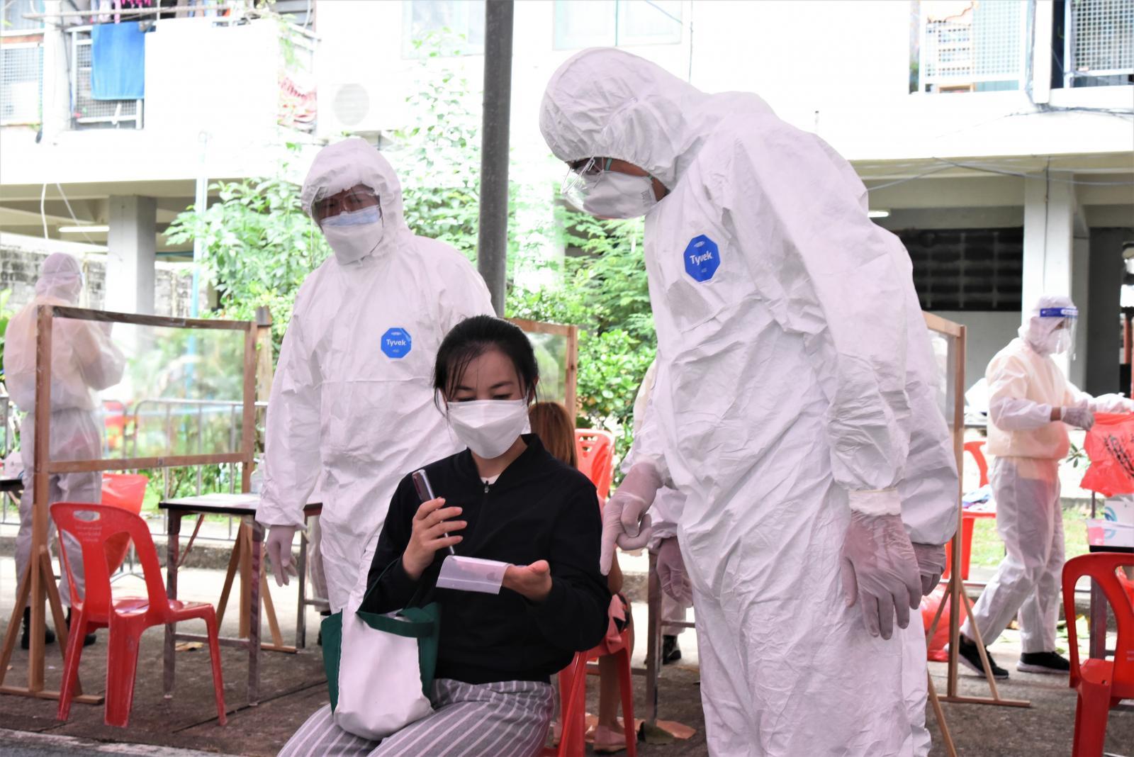 ผบ.ตร. สวม PPE ตรวจเยี่ยมให้กำลังใจหน่วยคัดกรอง พร้อมมอบอุปกรณ์-อาหารทีมแพทย์