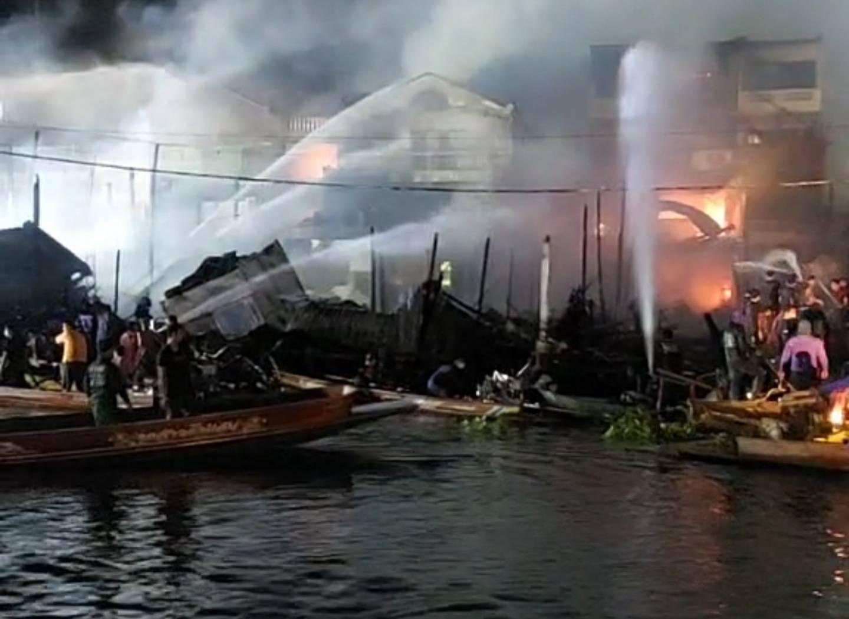 ช่วยกัน! กลุ่มเรือซิ่งระดมกำลังช่วยเจ้าหน้าที่ดับไฟตลาด 100 ปี บ้านแพ้ว