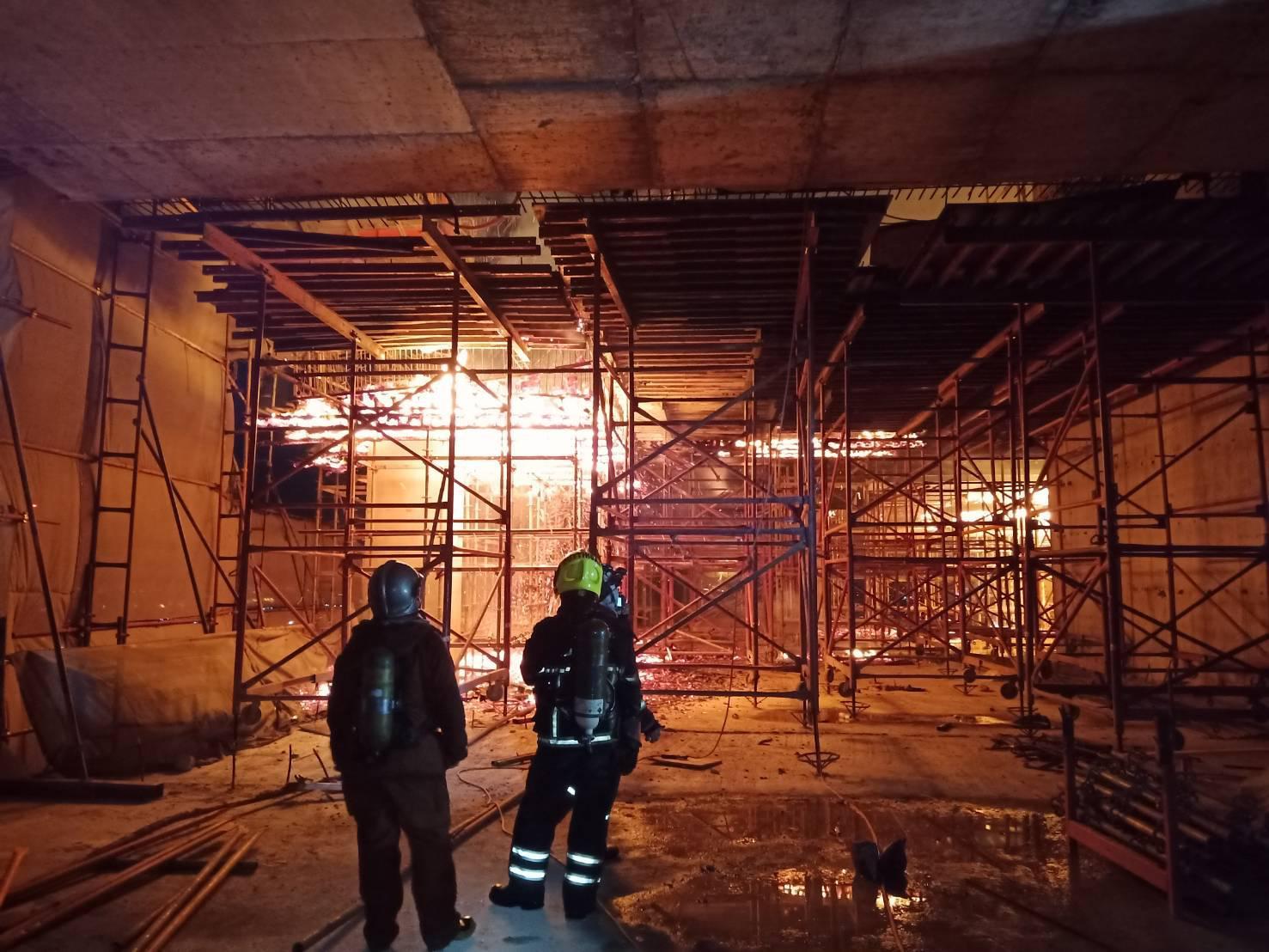 ระทึก!! ไฟไหม้ชั้นดาดฟ้าตึกสูง 37 ชั้น โครงการใหญ่กำลังก่อสร้าง ปากซอยวิภาวดี 9
