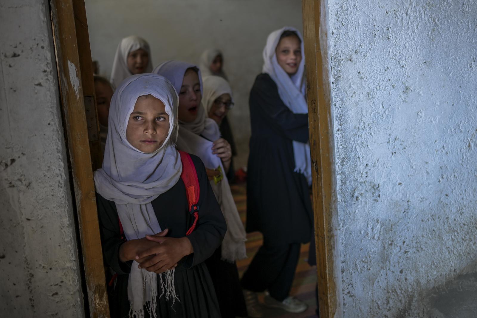 โรงเรียนในอัฟกานิสถานเปิดเรียนอีกครั้ง แต่ยังกีดกันนักเรียนหญิง