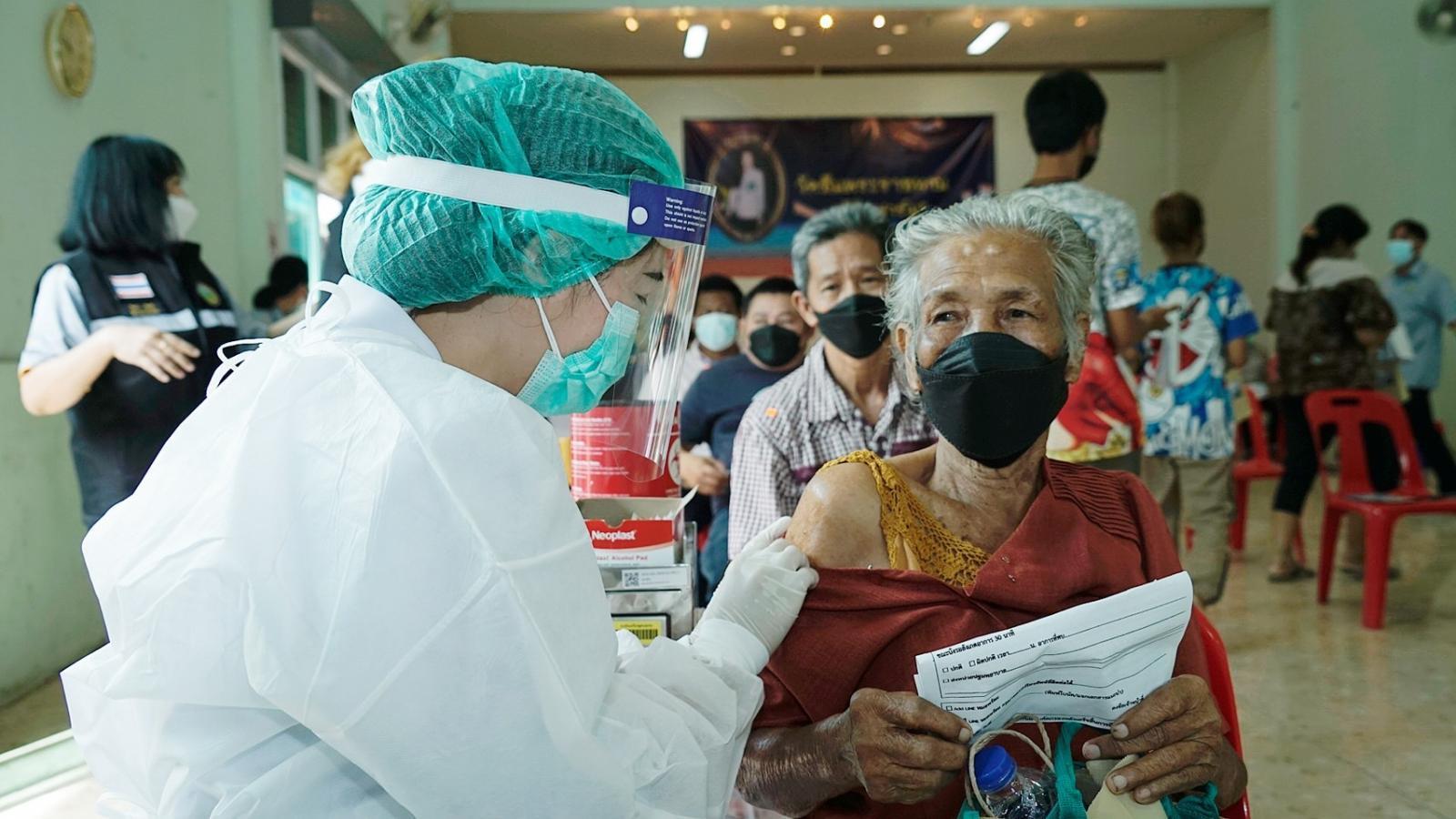 """คณะพยาบาลศาสตร์ ราชวิทยาลัยจุฬาภรณ์ ลงพื้นที่ฉีดวัคซีนตัวเลือก """"ซิโนฟาร์ม"""" เข็มที่ 2 ให้แก่ประชาชนกลุ่มเปราะบาง จำนวน 250 ราย"""