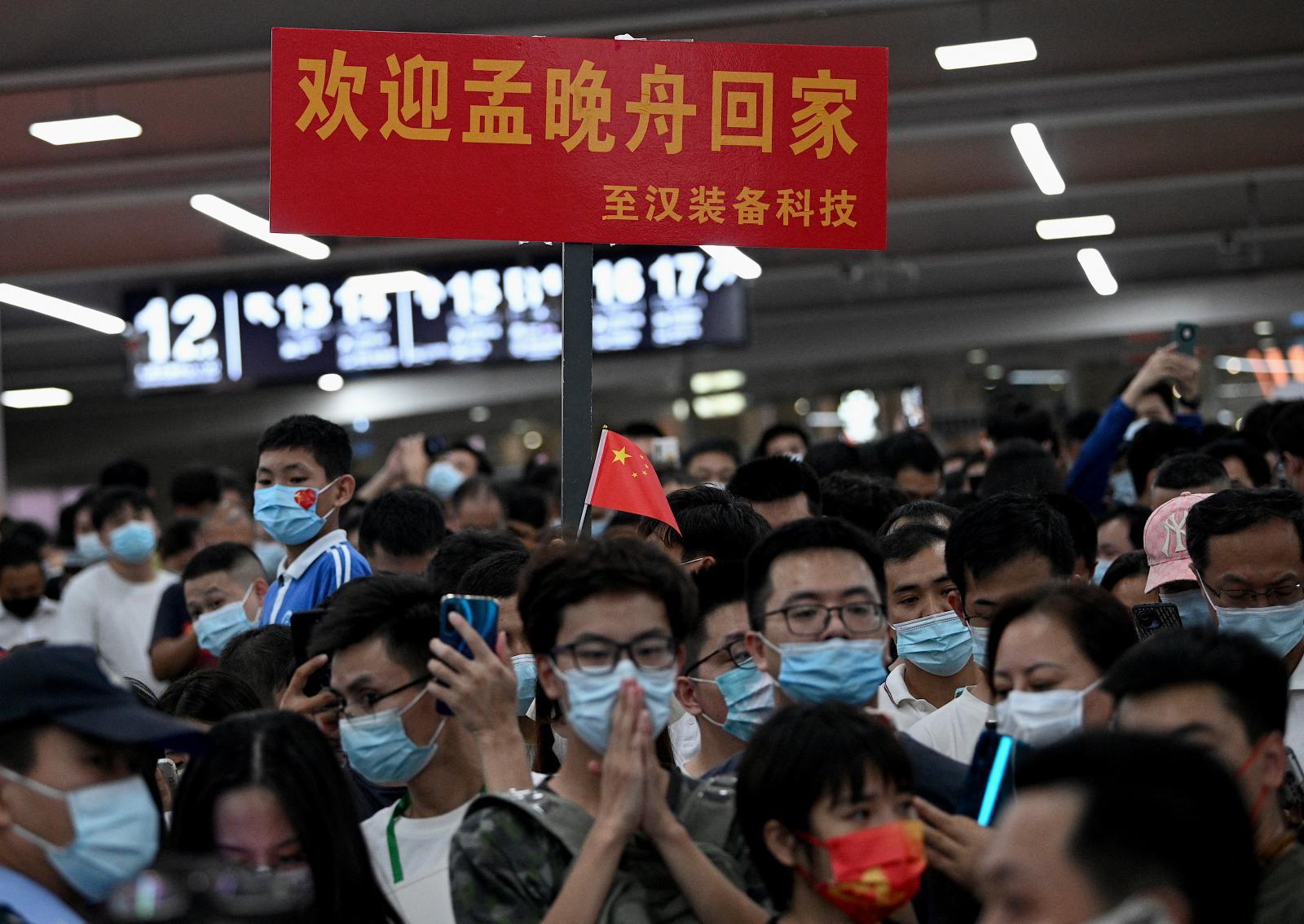 """ชาวจีนแห่ต้อนรับทายาท """"หัวเว่ย"""" กลับประเทศ หลังได้อิสรภาพ"""